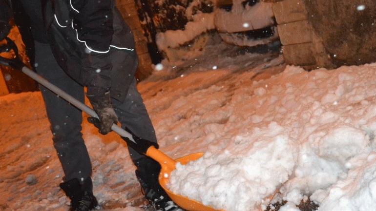 Γαλλία: Ένας νεκρός και εκατοντάδες χιλιάδες σπίτια χωρίς ρεύμα από τις σφοδρές χιονοπτώσεις