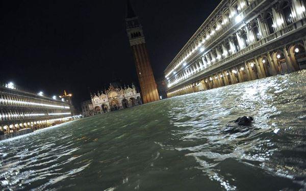 Σε κατάσταση καταστροφής η Βενετία – Η δεύτερη μεγαλύτερη πλημμύρα στην ιστορία της (φώτο)