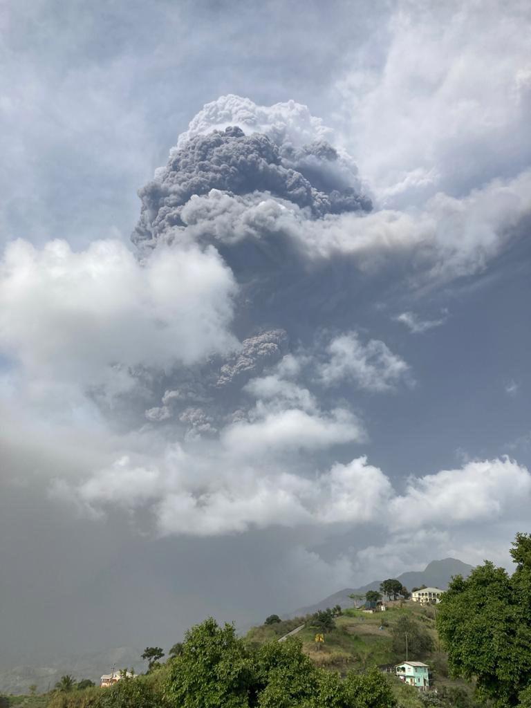Ηφαιστειακή στάχτη κάλυψε τον Αγιο Βικέντιο, σε εγρήγορση οι αρχές (φωτο-video)