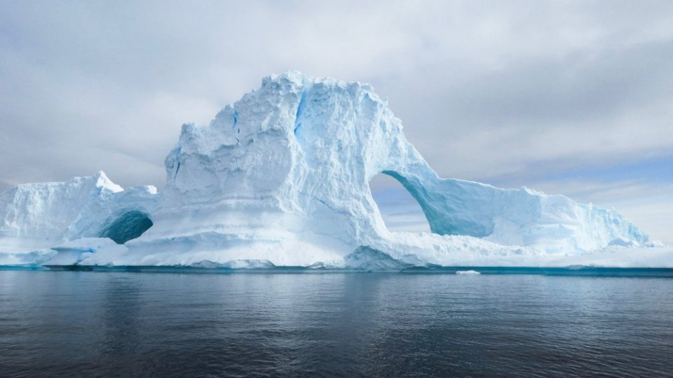 Έρευνα: Οι πόλοι μετατοπίζονται πιο γρήγορα από ποτέ και η Γη…γέρνει, λόγω του λιωσίματος των πάγων