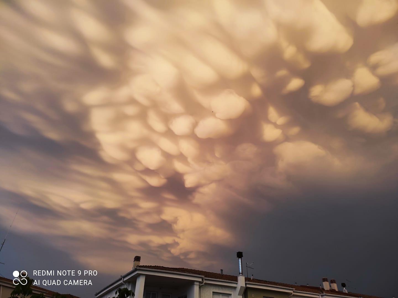 Impressive images of mammatus clouds over Larissa 2